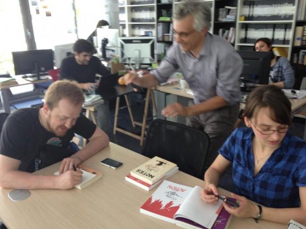 Boulet et Marion Montaigne dédicacent dans les locaux d'@rrêt sur Images.