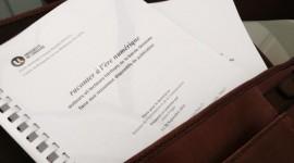 """Exemplaire de la thèse """"Raconter à l'ère numérique"""" dans une sacoche de cuir."""