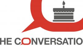 Logo de The Conversation avec un gâteau d'anniversaire à une bougie dans la bulle.