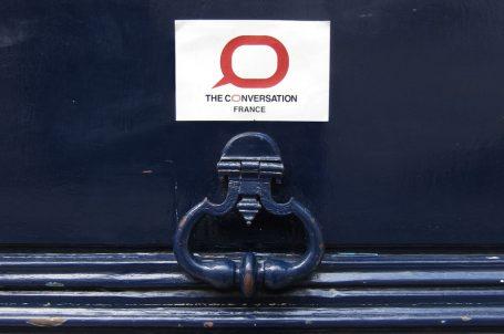 """Fronton de porte avec une plaque """"The Conversation France"""""""